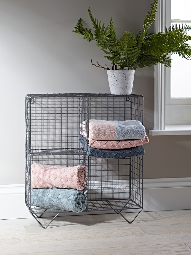pink bathroom ideas, wire shelving